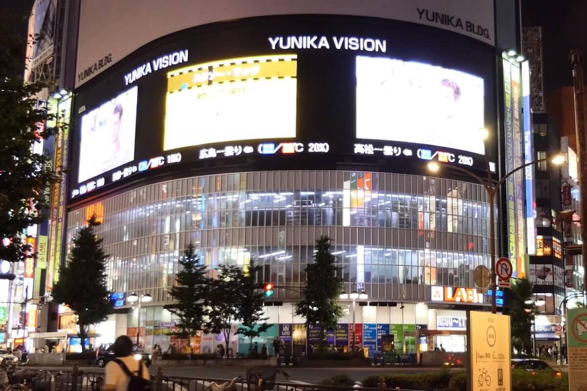 """ド迫力!大型LEDビジョン×3面の""""ユニカビジョン""""は街頭ビジョンの可能性を広げています。「新宿三大ビジョン」"""