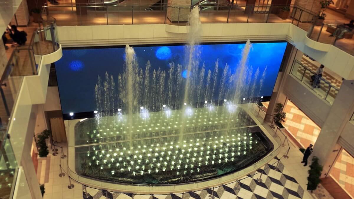 国内最大級サイズの屋内LEDビジョンは池袋にある628インチ!「サンシャインシティ噴水広場」