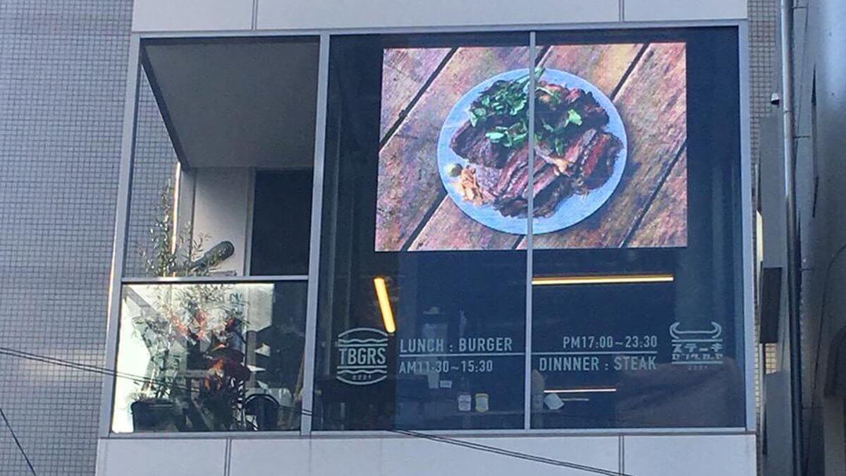 昼と夜で業態の変わるユニークなお店「THE BURGERS / ステーキセンダガヤ」窓面に、LEDビジョンを導入いたしました