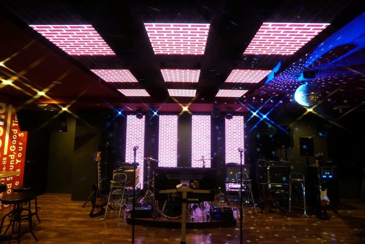 """新感覚の生バンドカラオケ""""バンカラ""""の広島店「BAN×KARA ZONE-HR」に、LEDビジョンを導入いたしました"""
