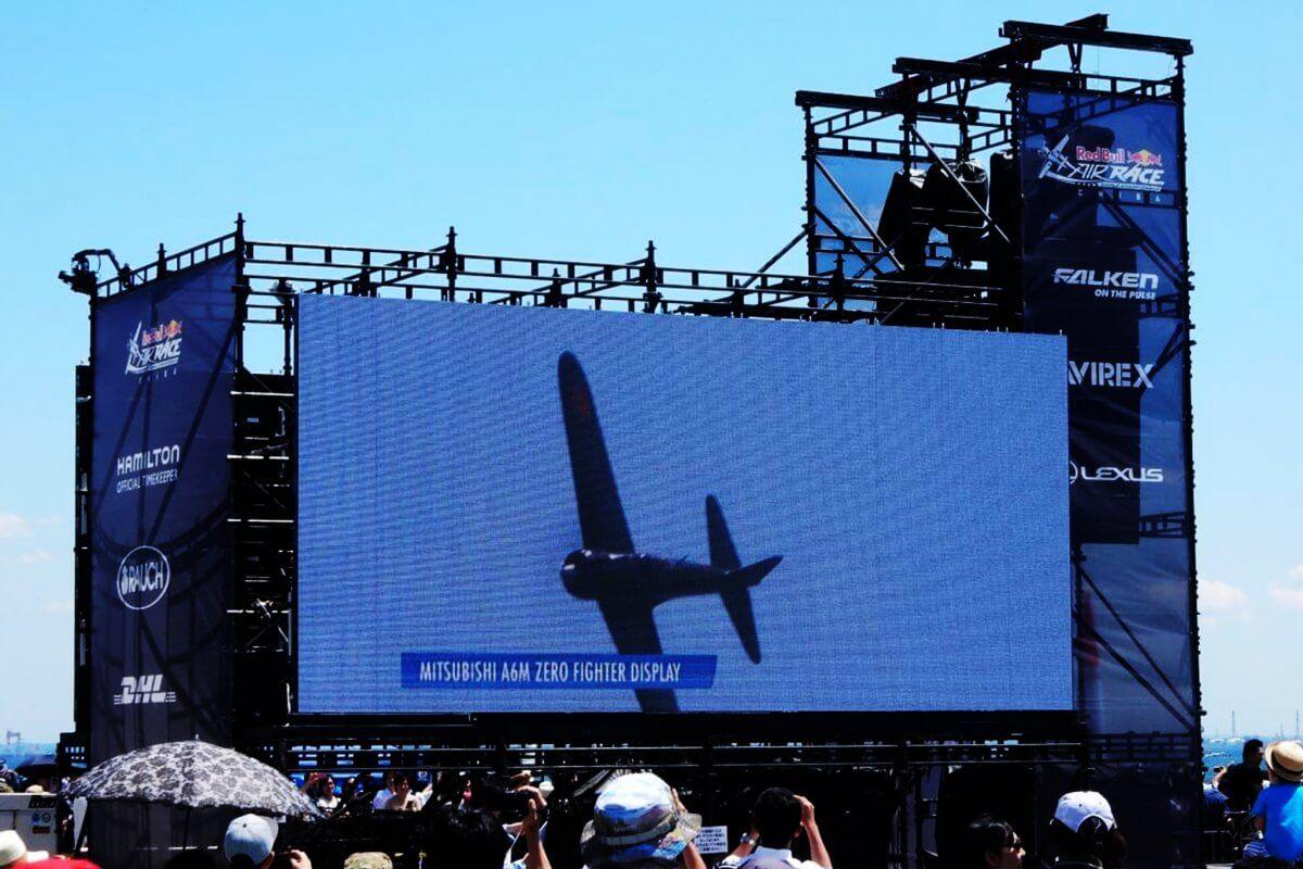 空の最先端スポーツ「レッドブル・エアレース世界選手権」の臨場感と興奮を伝えるLEDビジョン!