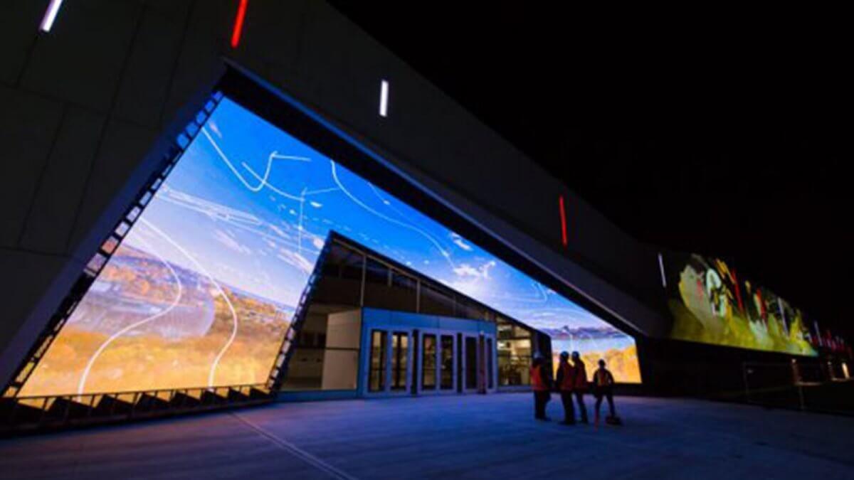 リニューアルされたカナダの博物館は、LEDビジョンとプロジェクションマッピングで建物を演出!