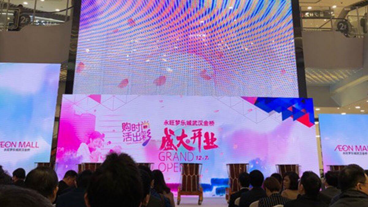 中国湖北省武漢市に誕生した3店舗目のイオンモールに設置された透明LEDビジョン!「ウィンドウビジョン」