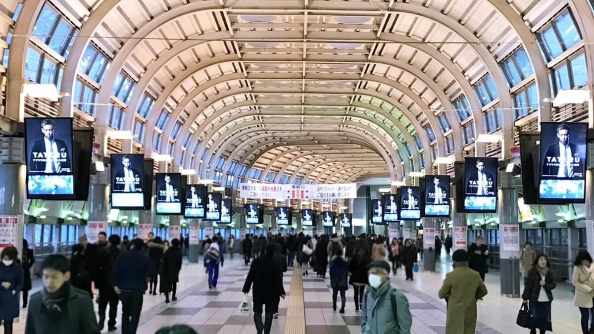 品川駅自由通路のデジタルサイネージが圧巻!JR最大級44面の液晶ディスプレイで印象的な通路に生まれ変わる