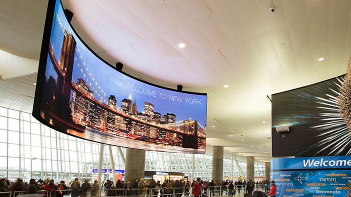 一風変わった湾曲LEDビジョンは、情報を両面に発信!「ジョン・F・ケネディ国際空港」