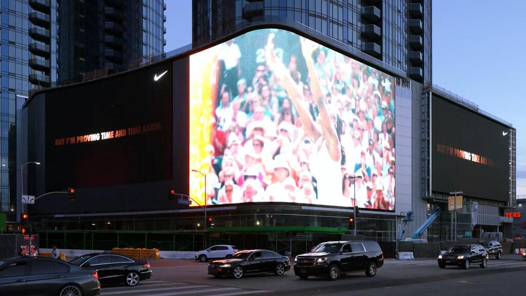 ロサンゼルスに新たに誕生したツインタワーに輝く、巨大3面LEDビジョン