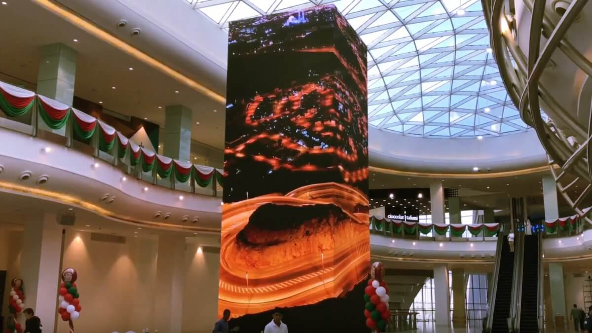 """砂漠の中にある都市""""オマーン""""の商業施設に誕生したLEDビジョンのタワー「Huge LED Tower Muscat Grand Mall」"""