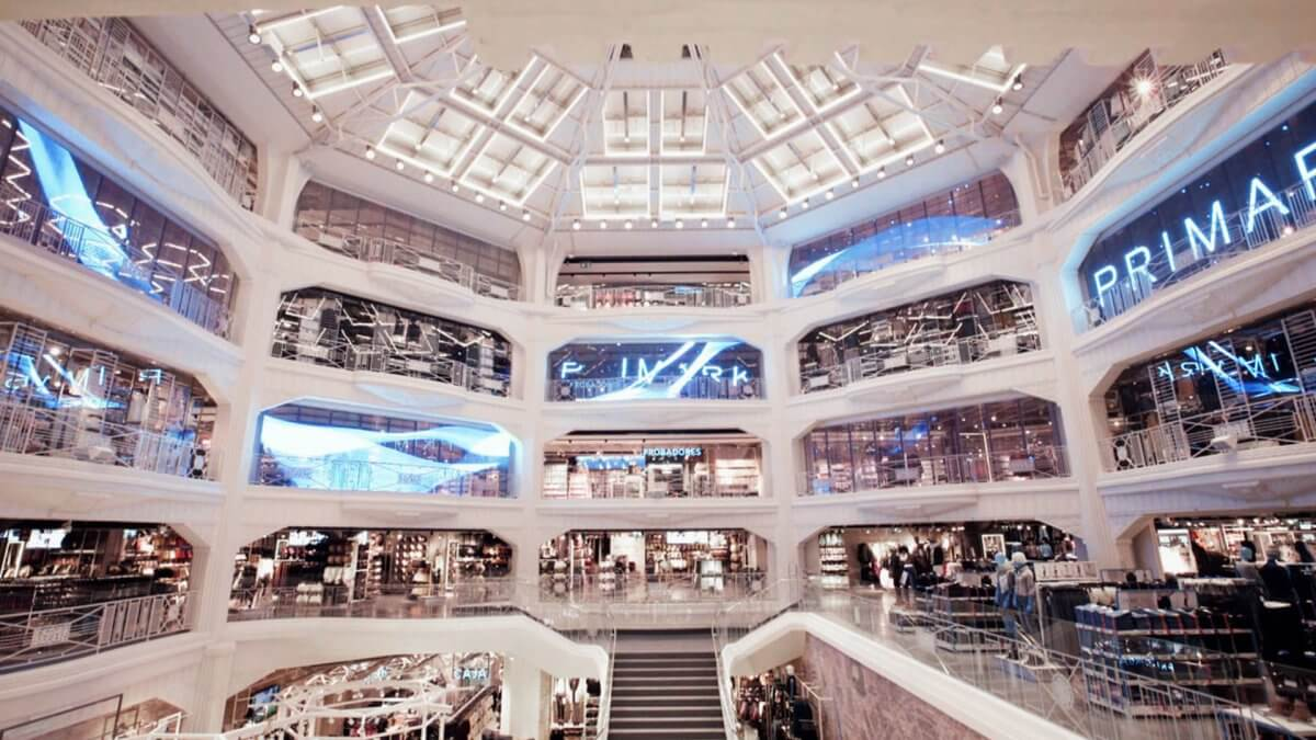 ファッション業界にもウィンドウビジョン!11面に及ぶ透明LEDビジョンが未来を演出!「PRIMARK / Madrid」