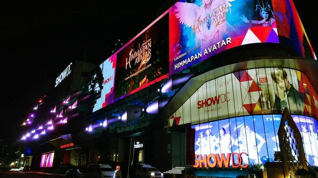 壁面にはLEDビジョン!窓面にはウィンドウビジョン!2つが設置されているタイのショッピングモール!「Show DC / タイ・バンコク」