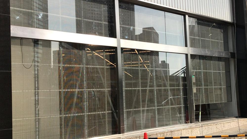 LEDでガラスをメディア化!店舗窓を最大活用できるウィンドウビジョン