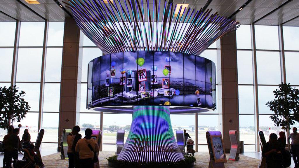 """""""世界一快適な空港""""に見られるシンボル的LEDビジョン「チャンギ国際空港・シンガポール」"""