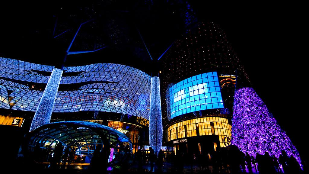 革新的な建築デザインと相性の良い、自由なLEDビジョン&ウィンドウビジョン!「ION Orchard / シンガポール」