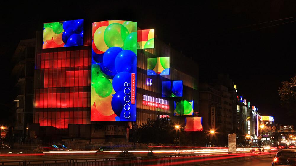 """ルーマニアの首都""""ブカレスト""""で飛びぬけて目立つLEDビジョン「Cocor MediaChannel」"""