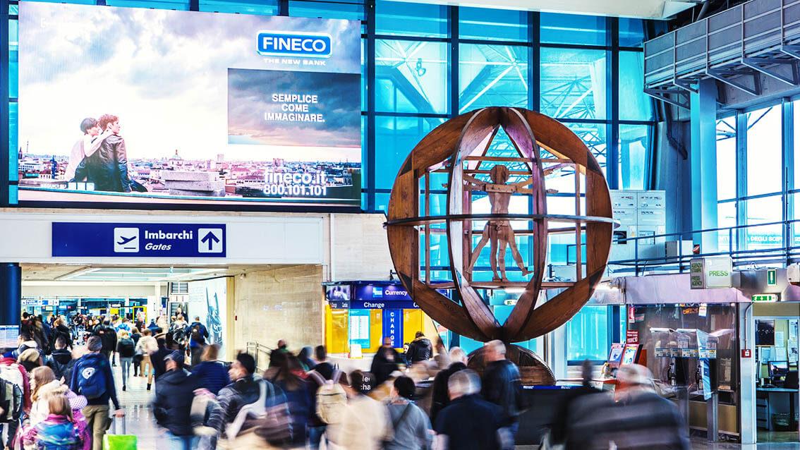 """イタリア最大の国際空港でもデジタル化のためあらゆる""""LEDビジョン""""が採用されている!"""