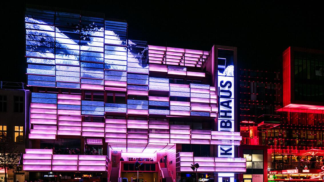 """ドイツの繁華街""""レーパーバーン""""で発見した未来的デザインの建物にもLEDビジョン!"""