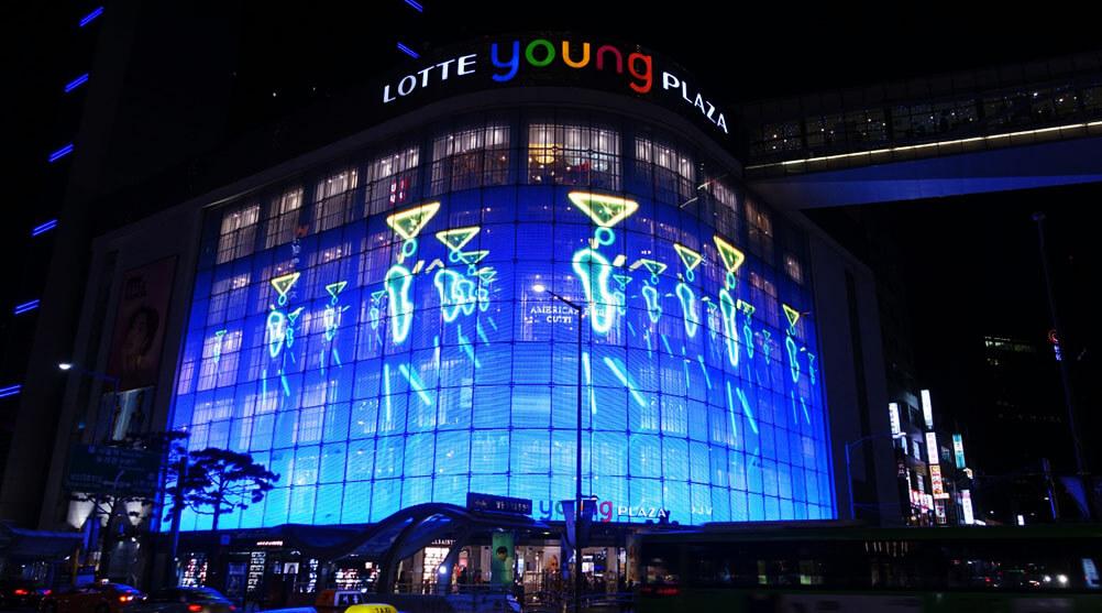 """特大のガラス一面が""""ウィンドウビジョン""""に!韓国Lotte Young Plazaにも透過型LEDビジョンが輝く!"""
