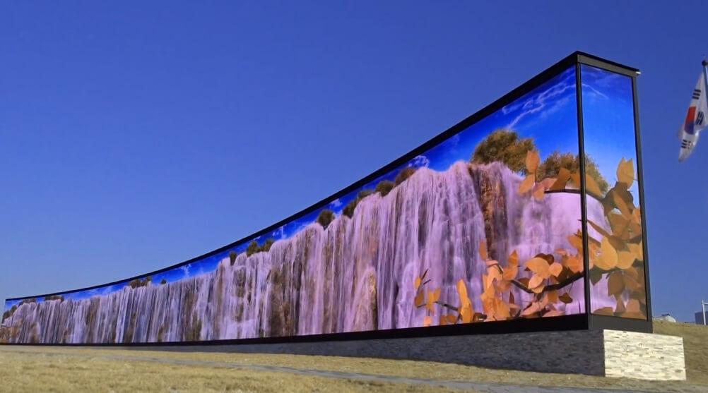 """100メートル超横長LEDビジョンの""""塀""""「仁川国際空港」のLEDビジョンに驚き"""
