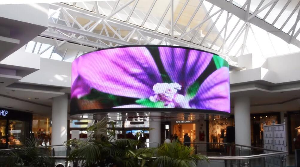 マドリード初の歴史あるショッピングセンターのシンボル的LEDビジョンは円柱型!