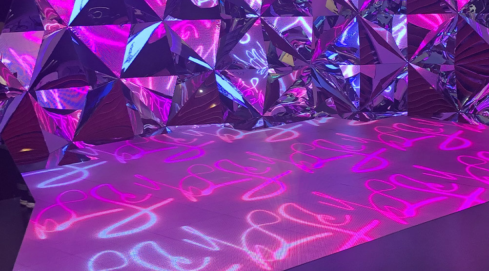 六本木で話題となった幻想的なデジタルアート空間「Galaxy Kaleidoscope」にもLEDビジョンが利用されました