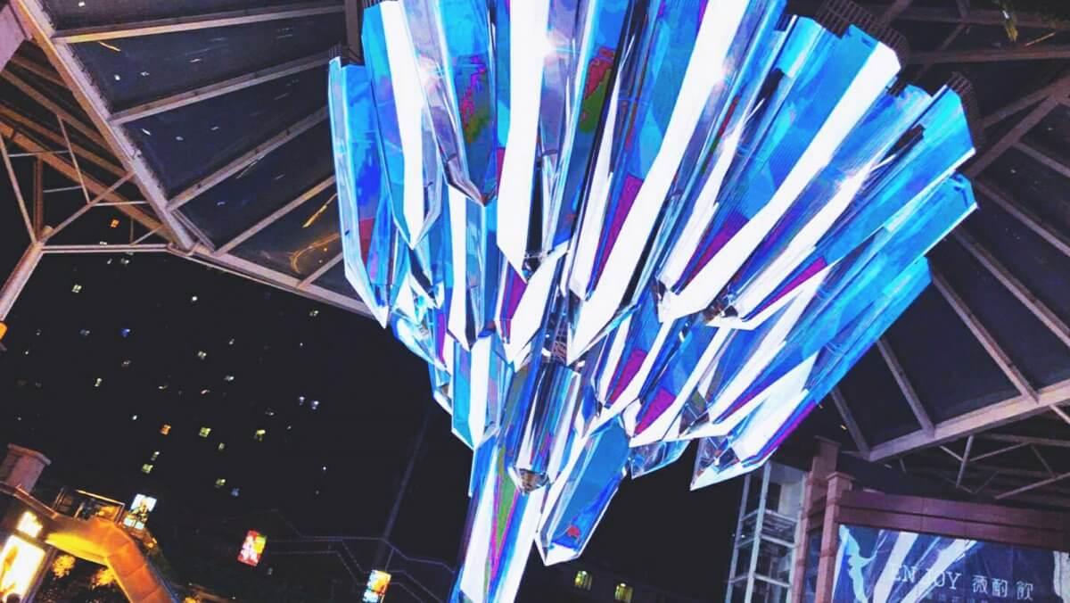 最新技術と世界トップのアイディアを結集させた、超巨大クリスタル構造の「LEDビジョン」をご紹介
