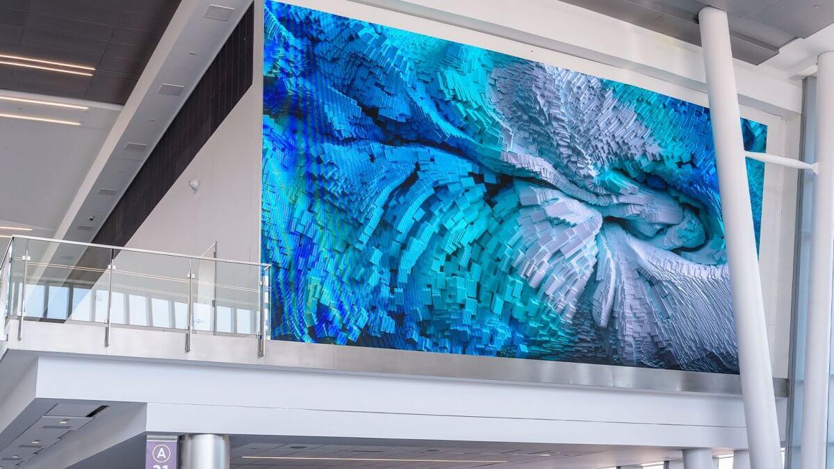 生まれ変わった空港に「LEDビジョン」のデジタルインスタレーションが登場!「シャーロット・ダグラス国際空港」
