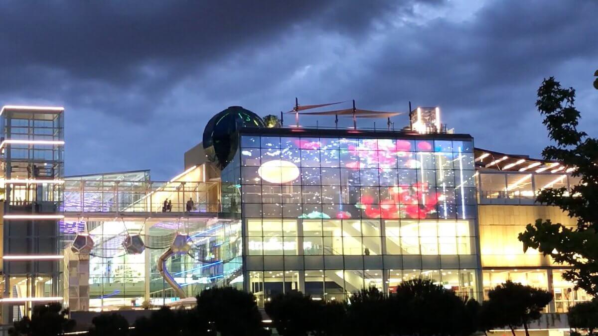 現代商業施設の大きな課題に「LEDビジョン」という選択。マドリードに誕生した「Plaza Río 2」