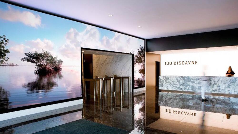 1,000万ドルのリノベーションで誕生した新タワー「100 Biscayne」のLEDビジョン事例