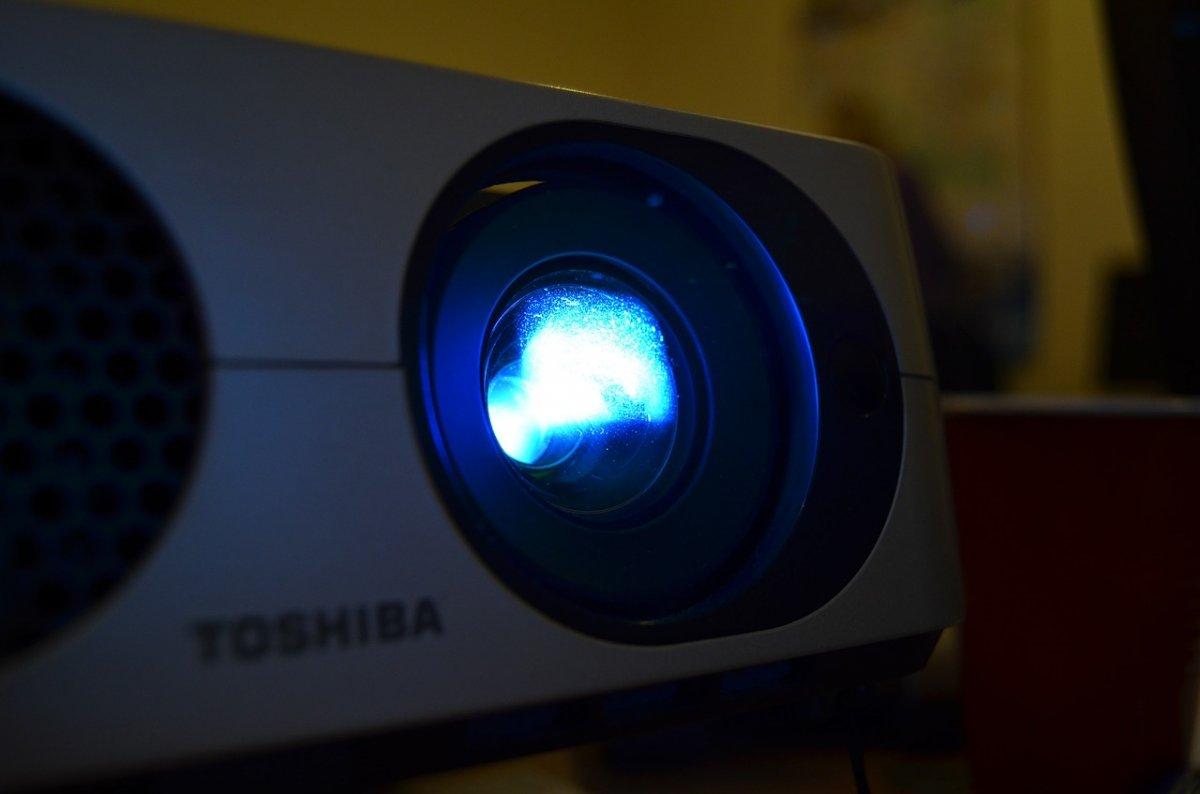LEDプロジェクターとは │ メリットとデメリット・他製品との比較