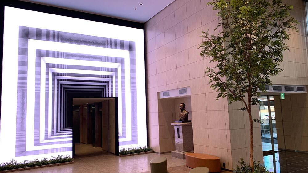 LEDビジョン導入でエントランスが変わる!静岡新聞社、静岡放送本社ビルに大型LEDビジョンを設置しました
