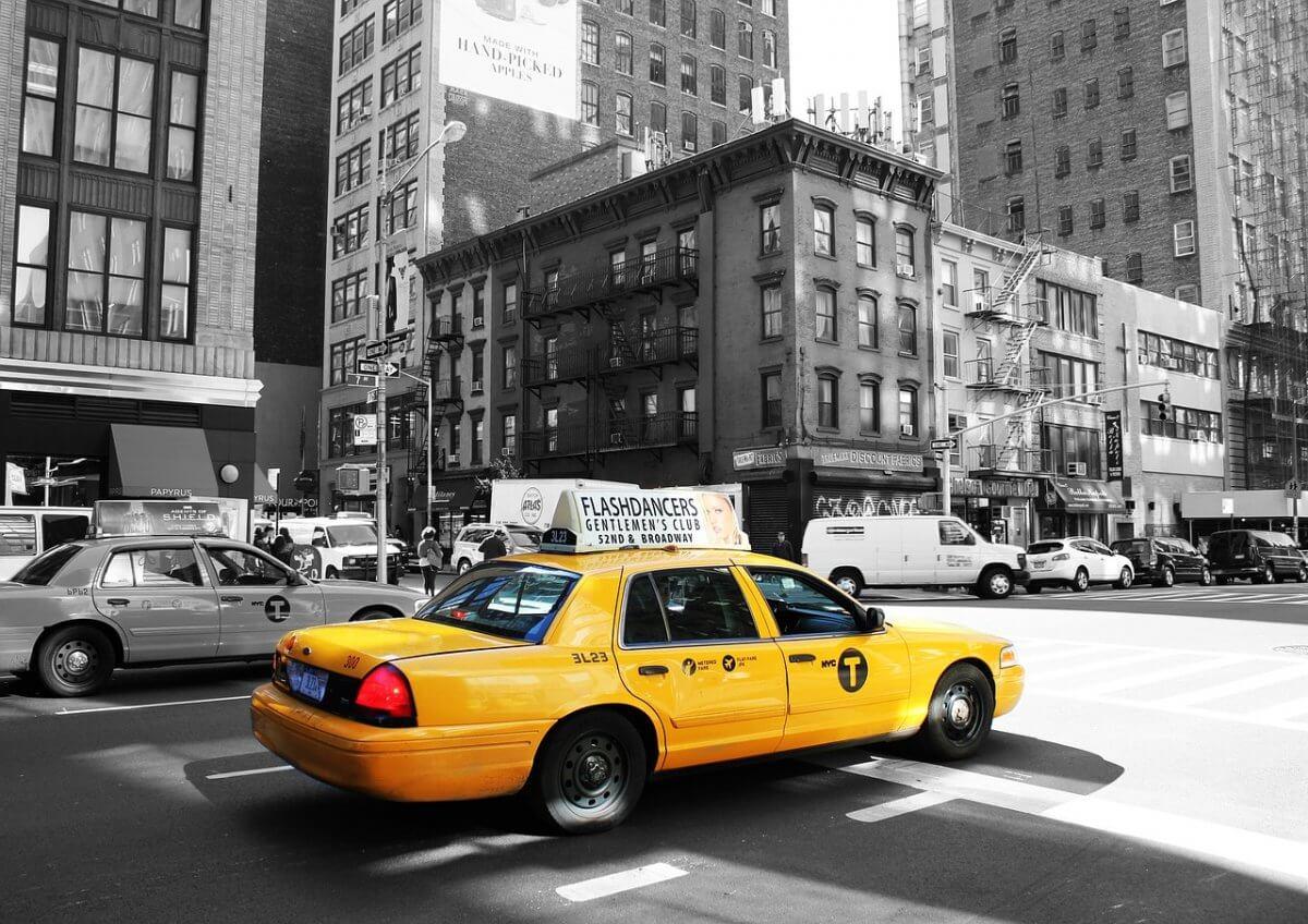 タクシーで広告を掲載したい!広告の種類と利用者、タクシーサイネージの特徴について解説