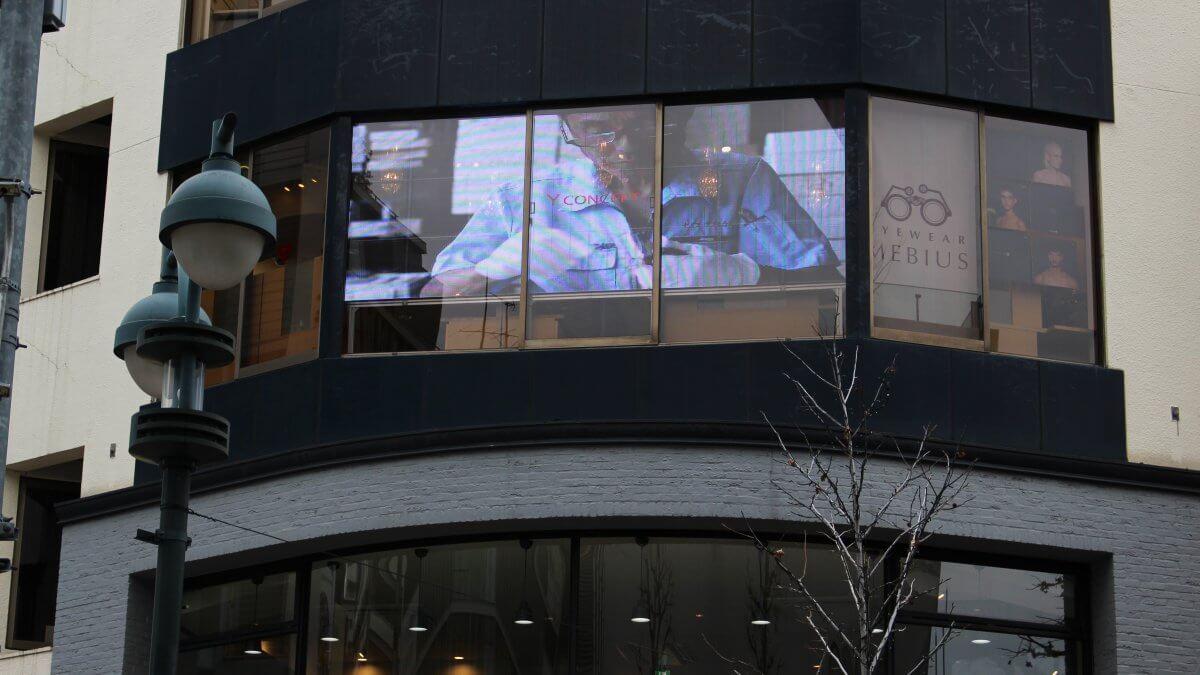 窓面を利用した透過型LEDビジョンが眼鏡店を一新!渋谷「アイウェアメビウス」に、ウィンドウビジョンを設置しました