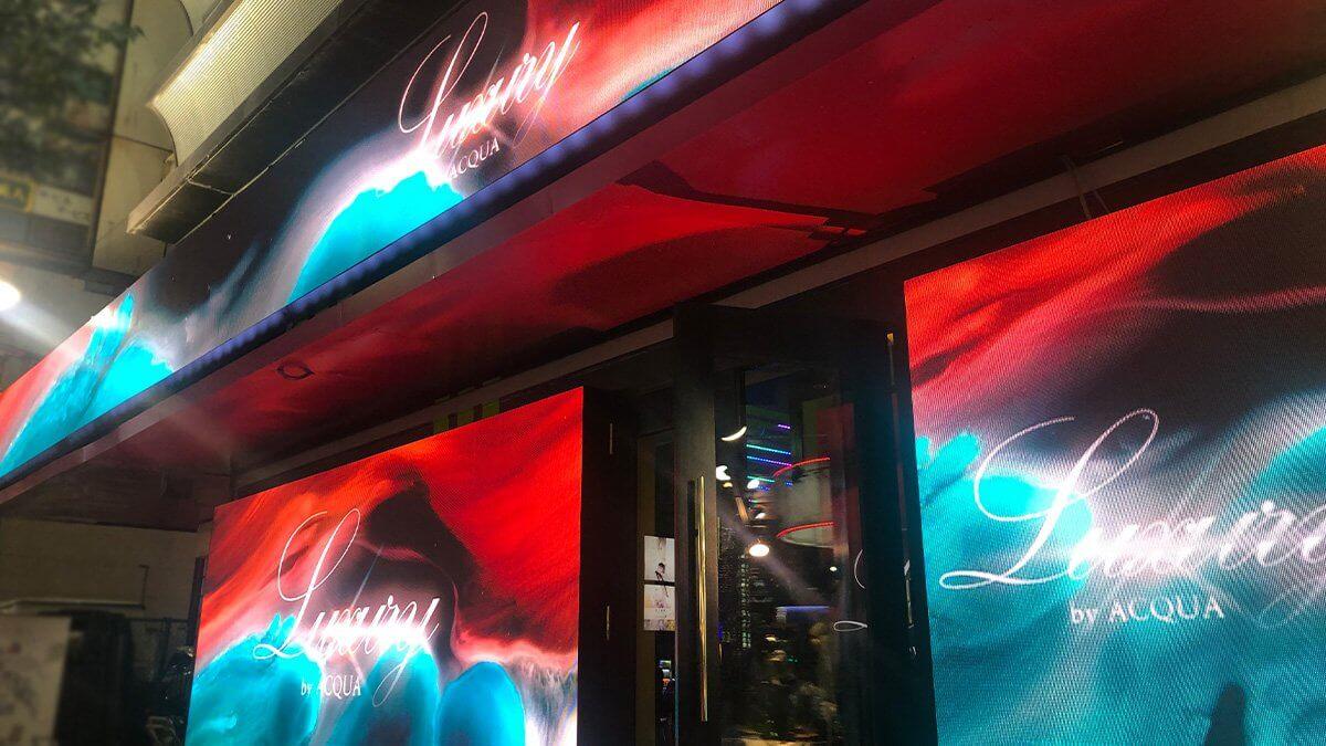 新宿歌舞伎町に巨大LEDビジョンが登場!「Luxury by ACQUA」にエリア最大級となるLEDビジョンを設置しました