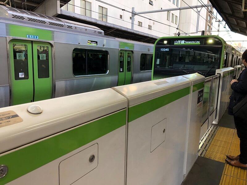 鉄道×デジタルサイネージの可能性とは?鉄道会社の広告スペースと料金・ダイナミックDOOH・液晶ディスプレイの特性を解説