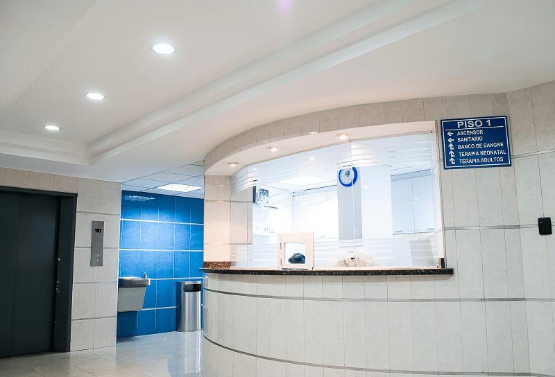 貼り紙だらけの待合室をどうにかしたい!医療機関でのデジタルサイネージ導入の効果は?