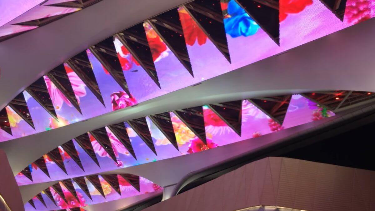 """世界最大級""""天井カーテン""""が美しい!目を見張る「透過型LEDビジョン」のアイディア"""