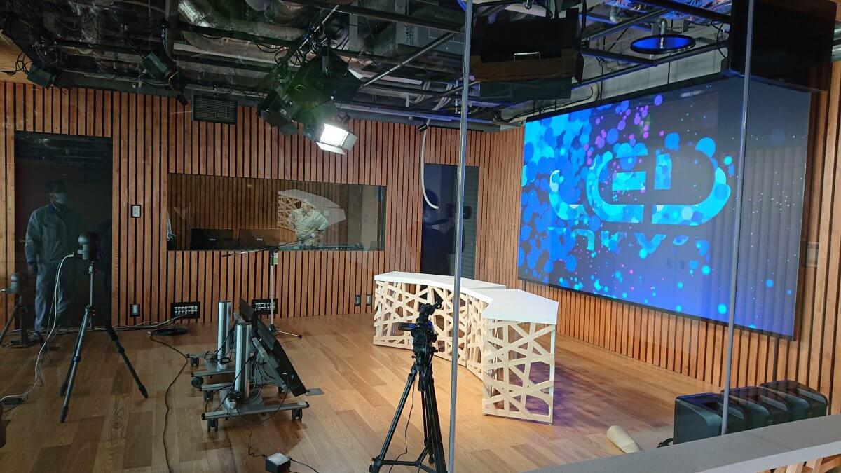 「tsulunos(群馬県動画・放送スタジオ)」にLEDビジョンが導入されました。
