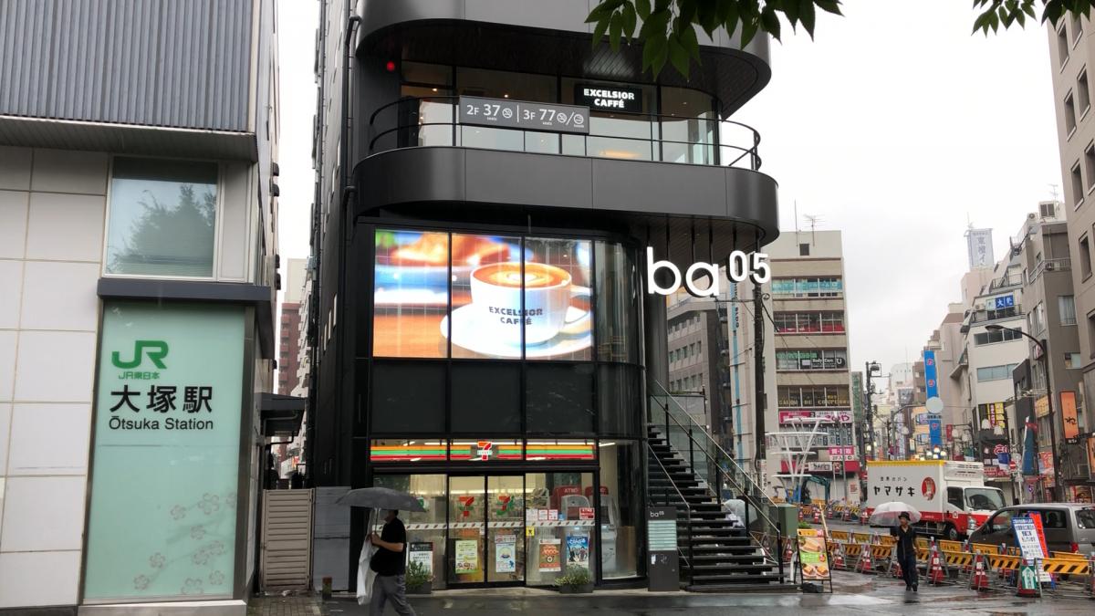 エクセルシオールカフェ大塚駅前店にLEDビジョンを設置しました。
