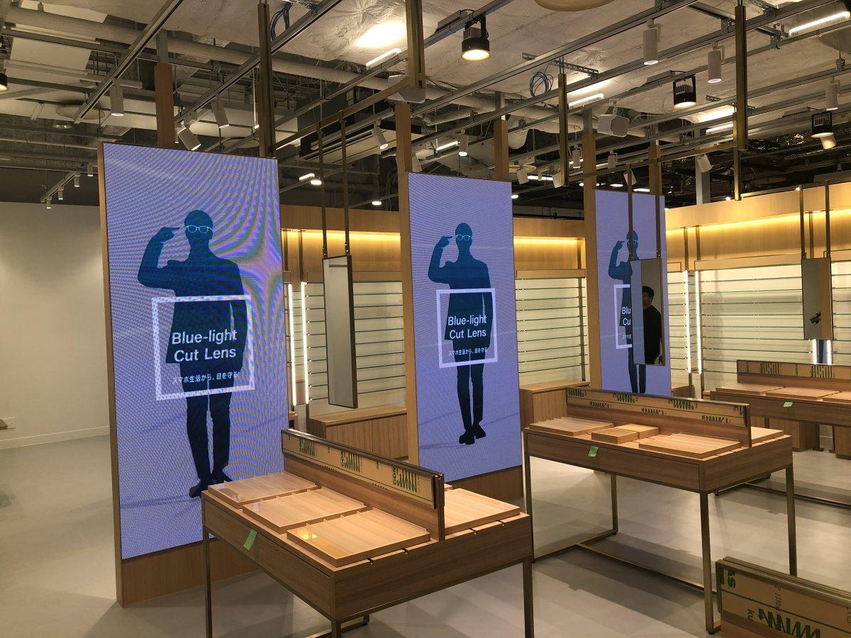 Zoff横須賀モアーズシティ店にLEDビジョンを導入しました。