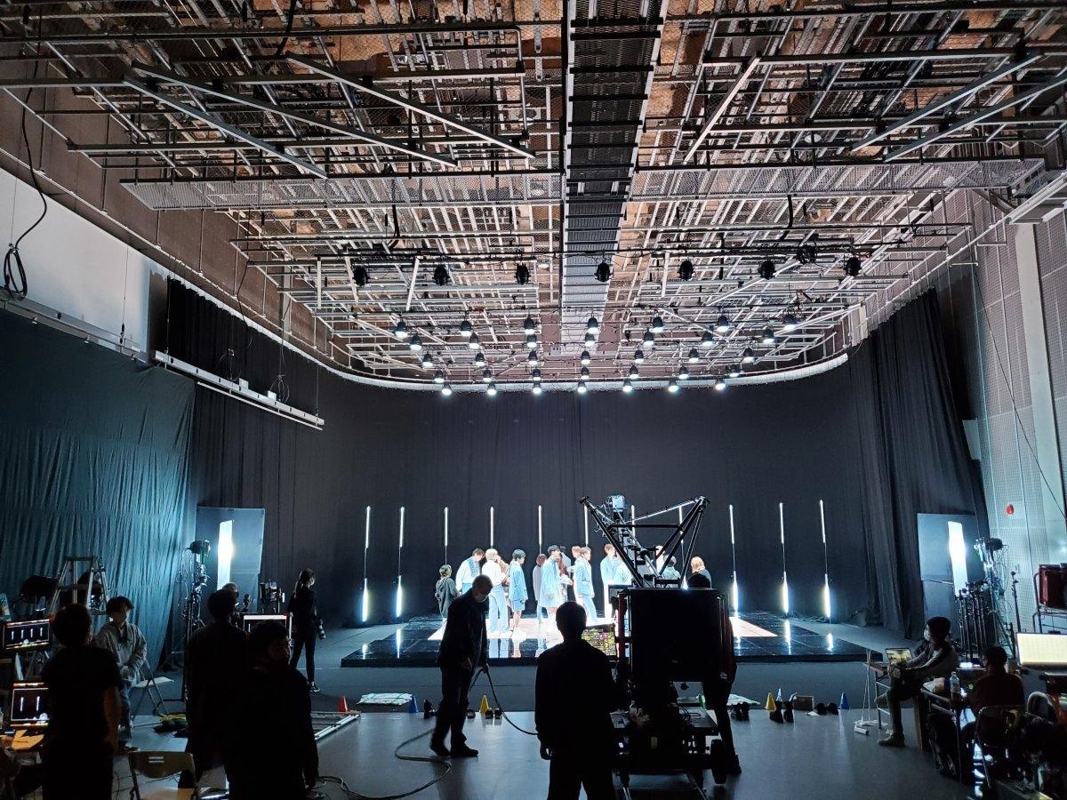 JO1「Shine A Light」MVにLEDビジョンを導入しました。