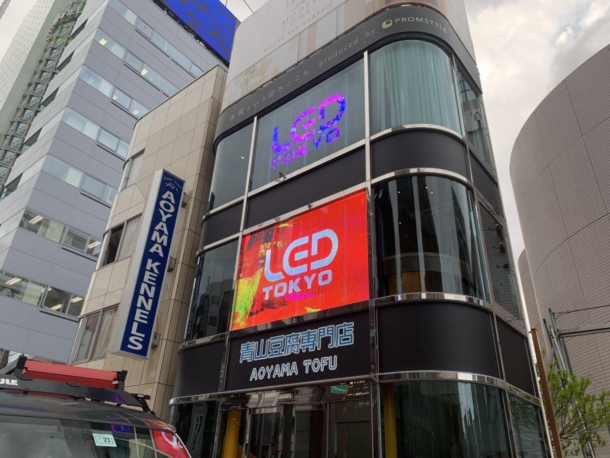 LEDビジョンに映るアイドルが実演販売。『青山豆腐専門店』にLEDビジョンを導入しました。